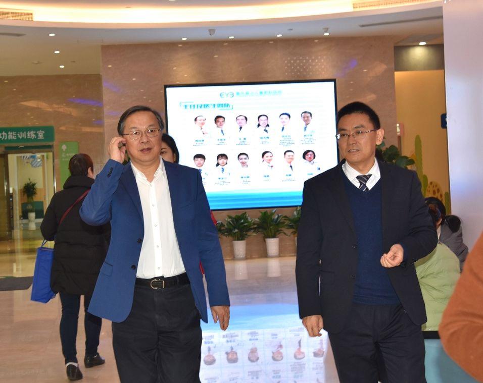 何勇川副院长带领瞿佳院长参观重庆爱尔儿童眼科医院