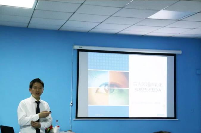 重庆爱尔眼科·南坪医院院长谭吉林为学员讲课