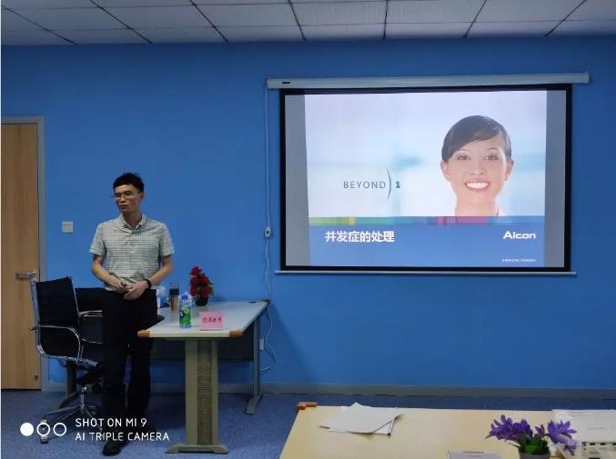 重庆爱尔眼科医院(总院)白内障住院部主任刘真为学员讲课
