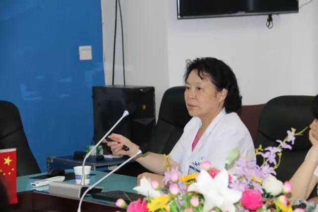 重庆爱尔眼科医院总院长贺翔鸽教授为参训医务人员授课