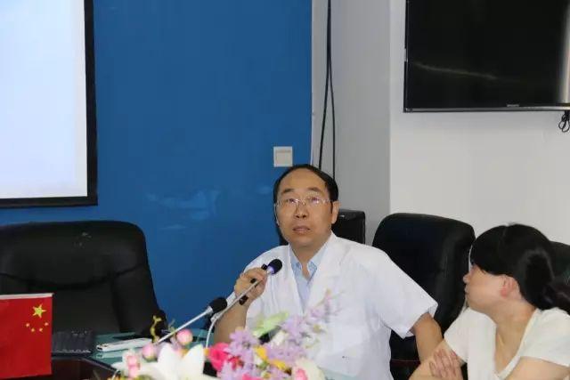 重庆爱尔眼科医院副总院长王一教授为参训医务人员授课