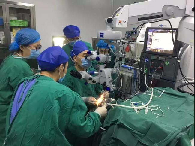 手术团队做手术-重庆爱尔眼科医院
